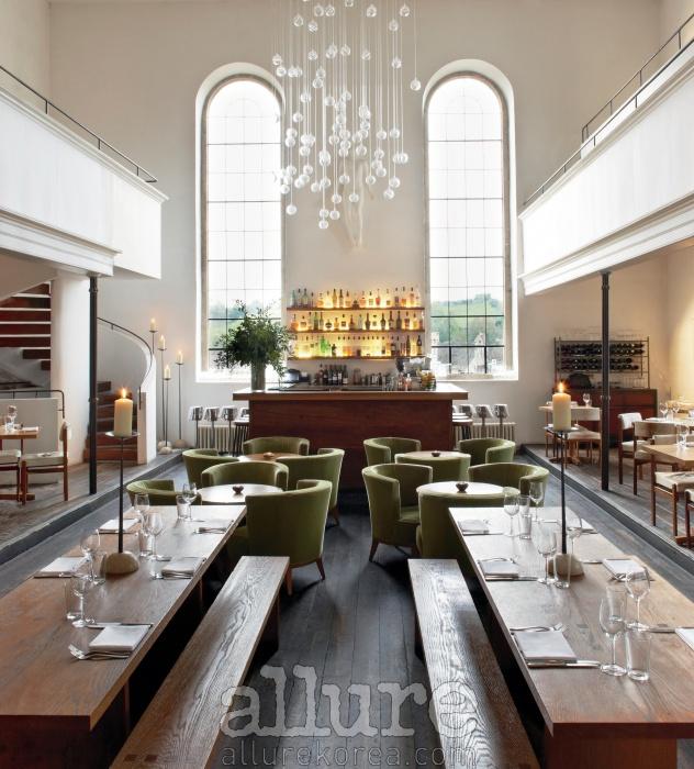 높은 천장이 특징인 우아한분위기의 레스토랑