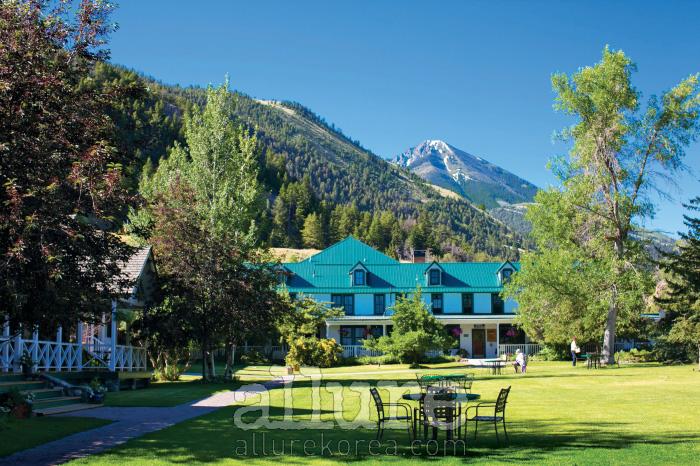 웅장한 로키 산맥 아래에 위치한 호텔 외관