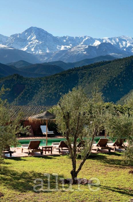 아틀라스 산맥 아래에 위치한 한적한 호텔 수영장
