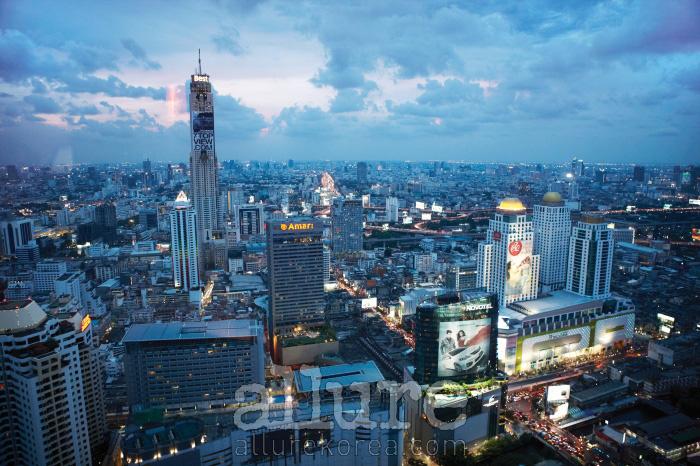 55층에 자리한 루프톱 바, 레드 스카이에서 바라본 방콕의 밤.