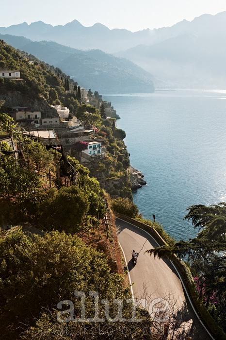 아말피 해안을 따라 달리는 163번 국도는 '1천 번 꺾어지는 길'로도 알려져 있다.
