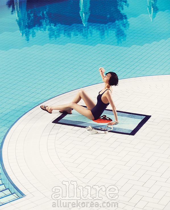 수영복은 월포드(Wolford), 비치타월과 샌들은 에르메스(Hermes),뱅글은 아즈나브르(Aznavour),가방은 샤넬(Chanel).
