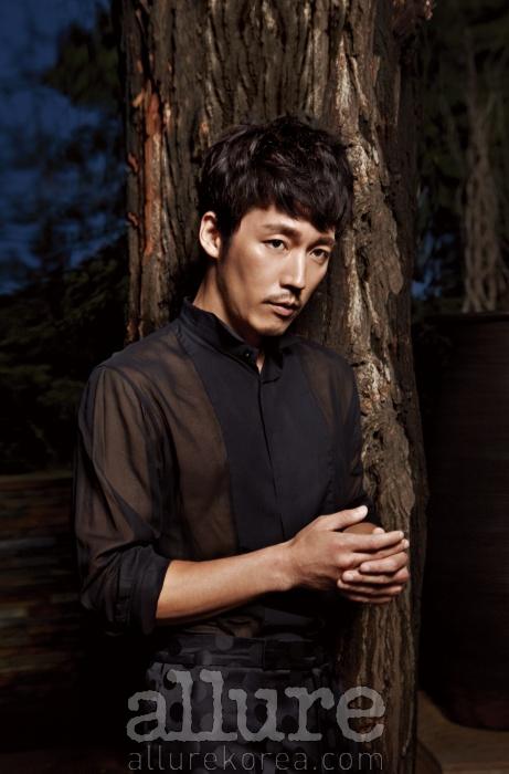 셔츠는 디올 옴므(DiorHomme). 팬츠는김서룡 옴므(Kimseoryong Homme).