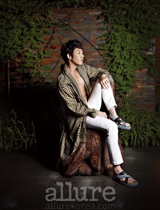 트렌치코트와 샌들은 우영미 컬렉션(Wooyoungmi Collection).팬츠는 김서룡 옴므.