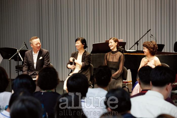 박용만 두산그룹 회장과이날 함께 무대에 오른세 명의 아티스트 노영심,김주원, 임선혜.