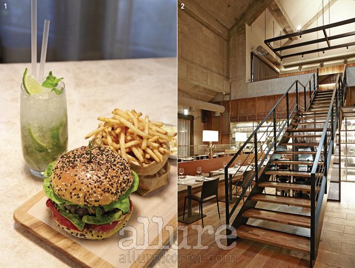 1 샌프란시스코 스타일 햄버거와 라임 모히토 2 천장까지 탁 트인 실내