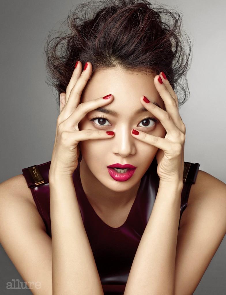 강렬하고 섹시한 이미지 연출을 위해 주로 사용하던 레드 컬러 립스틱이라도 메이크업 방법에 따라 사랑스러운 느낌의 입술로 연출할 수 있다. 특히 헤라의 루즈 홀릭 키스 베리는 핑크색이 살짝 감도는 레드 컬러의 립스틱이라 드레시하거나 캐주얼한 스타일 모두에 어울린다.