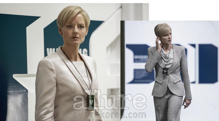 영화  속 국방부 장관역에 맞춰 강인한 이미지의 스커트 슈트를 착용했다.