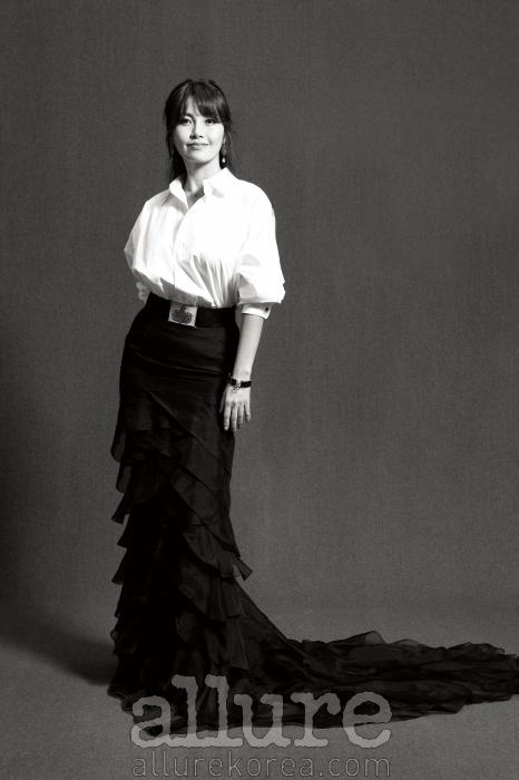 셔츠와 벨트, 스커트는 모두랄프 로렌 컬렉션(RalphLauren Collection).귀고리와 팔찌는스와로브스키(Swarovski)