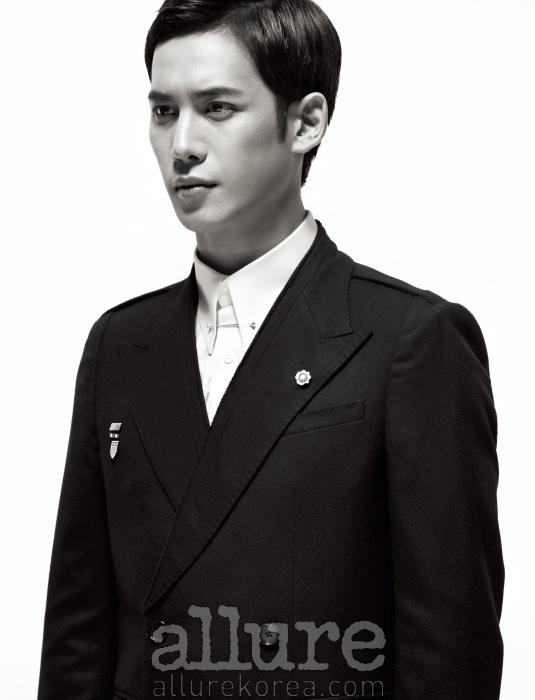 재킷은 레이(Leigh),셔츠와 칼라 핀은 권오수 클래식(Kwonohsoo Classic), 배지는 모두 제이미 앤 벨(Jamie&Bell).