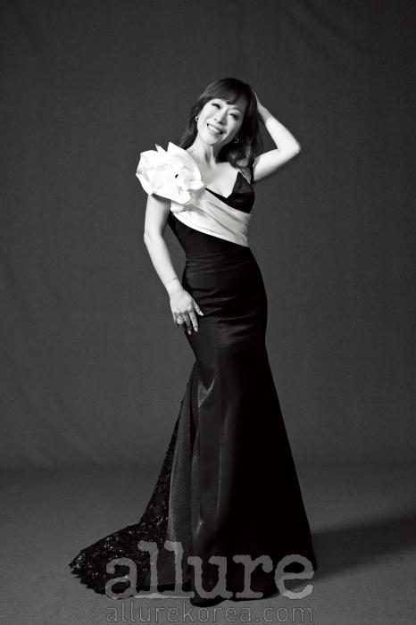 드레스는 데니쉐르바이 서승연. 귀고리와 반지는까르띠에(Cartier).