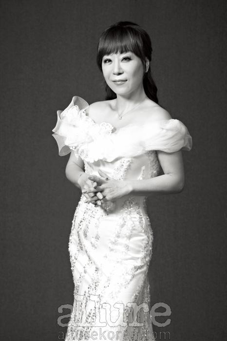 드레스는 데니쉐르 바이서승연(Denicheur by SeoSeung Yeon). 귀고리와목걸이는 티파니(Tiffany).