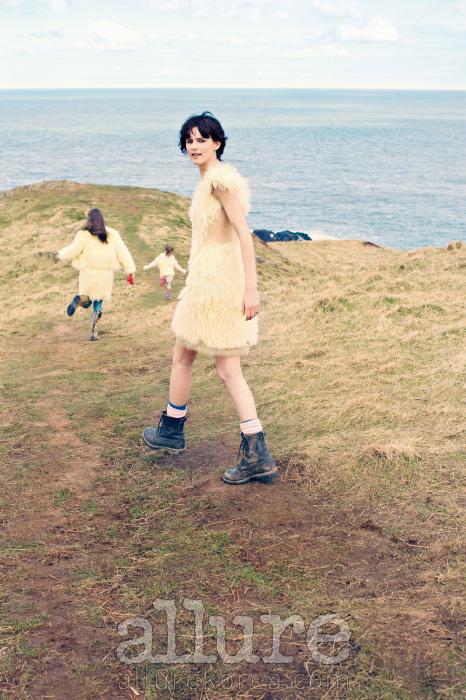 스텔라가 입은 모헤어와 시폰 소재의 혼방 드레스는 시몬 로샤(Simone Rocha). 부츠와 양말은 본인 소장품. 두 딸이 입은 모헤어 톱과 스커트는 모두 시몬 로샤.