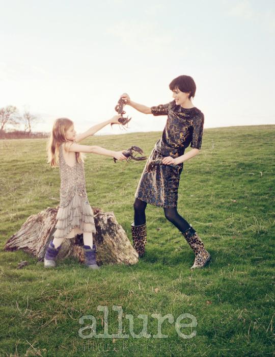 이리스가 입은 실크 드레스는 알베르타 페레티 리미티드 에디션(Alberta Ferretti Limited Edition).스텔라가 입은 시퀸 소재 톱과 스커트는 루이 비통(Louis Vuitton), 스타킹은 팔케(Falke), 레인부츠는 본인 소장품.