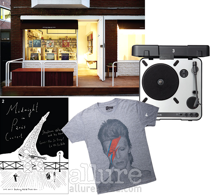 1 작고 아늑한 김밥레코즈 매장. 2 스노우캣이그린  공연 포스터. 3 포터블턴테이블의 가격은 19만원. 4 데이비드 보위의 티셔츠 3만3천원.