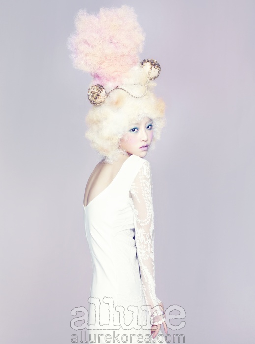 드레스는 자라(Zara). 헤드 피스로 연출한 네크리스는 미스지 컬렉션(Missgee Collection).