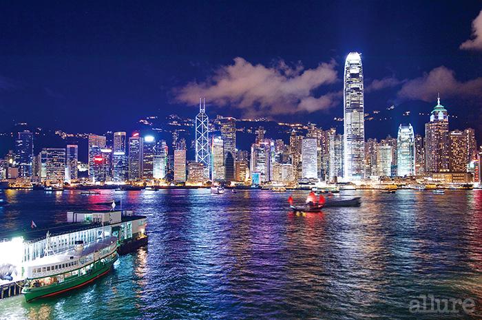 잠들지 않는 홍콩의 야경. 여전히 저렴하고 낭만적인 스타페리가 홍콩 섬과 구룡 반도를 오간다