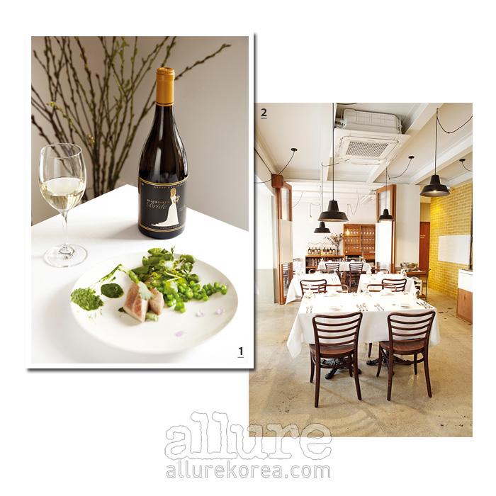 1 블랙 바트 브라이드 와인과 저녁코스 메뉴 중 하나인 참다랑어 샐러드. 2 원목 소재의 따스함이 묻어 있다.