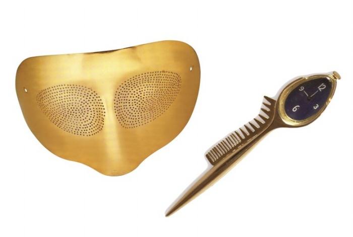 중앙부터 시계방향으로 알렉산더 칼더의 '무제' (목걸이), 살바도르 달리의 수저와 시계-빗(브로치), 루이즈 부르주아의 금으로 만든 거미 브로치, 로이 리히텐슈타인의 모던 헤드(브로치), 만 레이의 옵틱-토픽(마스크)
