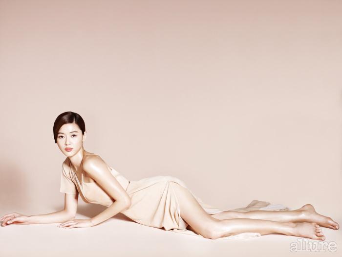 비대칭 네크리스와 슬릿이 깊게 들어간 누드톤 드레스가 전지현의 몸매를 매혹적으로 드러낸다.