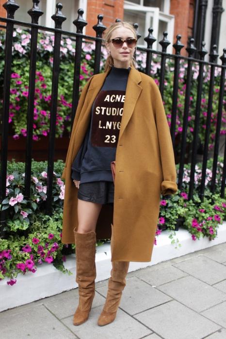 스웨트 셔츠라고 캐주얼하다는 편견은 버리자. 낙낙한 코트와 부츠를 매치해 세련된 레이어드 룩을 완성했다.