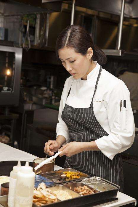 주방에서 요리 중인 크리스틴 쉐프.