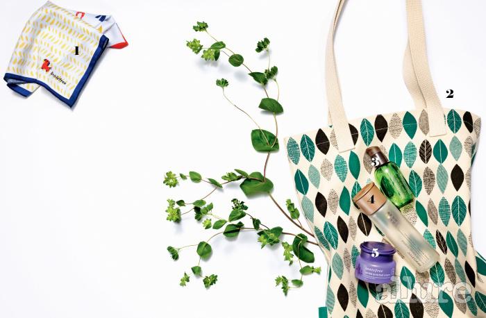1 2013년에 제작된 이니스프리의 에코 손수건. 제주 조랑말을 캐릭터화한 '이니랑'을 활용한 디자인으로 큰 관심을 모은 바 있다. 2 이니스프리의 에코백.3, 4, 5 이니스프리의 더 그린티 씨드 세럼과 자연발효 에너지 에센스, 제주한란 인리치드 크림 공병. 다 사용한 공병을 모아 오면 뷰티포인트를 적립할 수 있으며, 이 공병들은 다시 재활용된다.