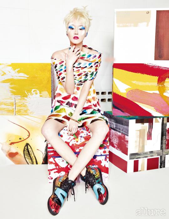 물감 프린트의 새틴 소재 드레스와 메탈 소재 뱅글은 샤넬(Chanel). 그래피티 장식의 스니커즈는 아디다스 오리지널스 바이 제레미 스캇(Adidas Originals by Jeremy Scot t). 반지는 캘빈 클라인 주얼리(Calvin Klein Jewelry).