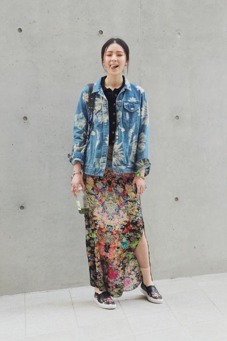 따뜻한 봄날씨를 맞이해 꽃무늬 패션을 입었어요. 꽃무늬 데님 재킷에 시폰 스커트와 슬립온으로 머리부터 발끝까지 꽃무늬로 맞췄어요.