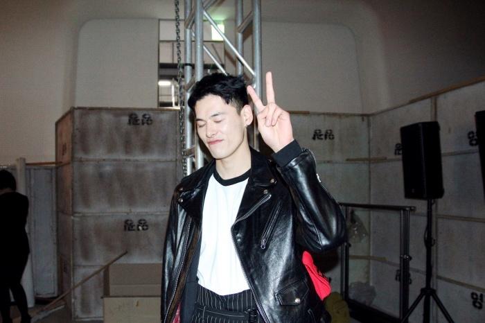 안녕하세요~얼루어 친구들. 서울 컬렉션에서 열심히 일하고 있는 모델 김원중입니다. 수줍게 인사드려요.