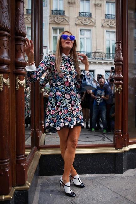 에스닉한 자수 장식으로 포인트를 준 니나리치의 꽃무늬 원피스에 파란색 선글라스로 경쾌하게 마무리했다.