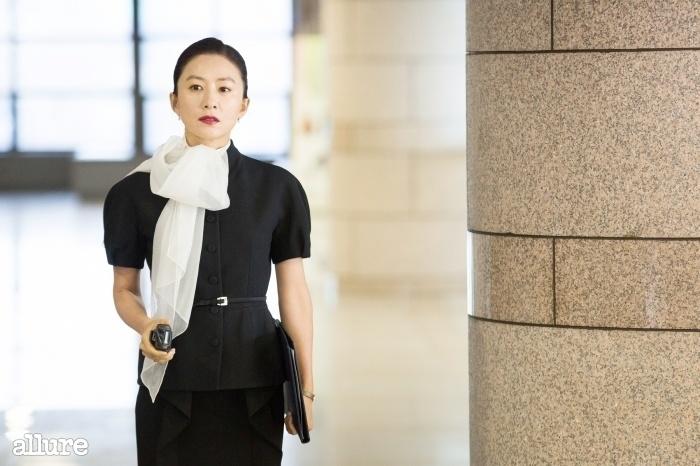 김희애식 화장, 허리를 강조한 실루엣과 시폰 스카프로 우아한 오피스 룩을 연출한 김희애.