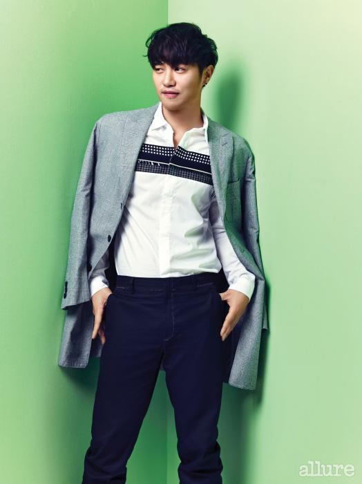 재킷은 커스텀멜로우(Customellow)의 기부 제품. 셔츠와 팬츠는 씨와이 초이(CY Choi)의 기부 제품.