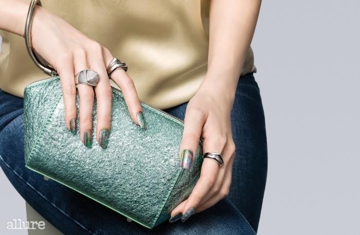 실크 블라우스는 타임(Time). 클러치백은 신세계 핸드백 컬렉션(Shinsegae Handbag Collection). 반지는 모두 프레드(Fred). 청바지는 리바이스(Levi's).