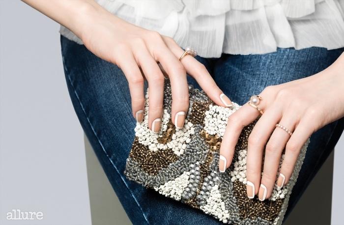 시폰 블라우스와 클러치백은 자라(Zara). 오른손 검지에 낀 진주 반지는 타사키(Tasaki). 왼손 검지에 낀 진주 반지는 타사키. 약지에 낀 반지는 루시에(Lucie).