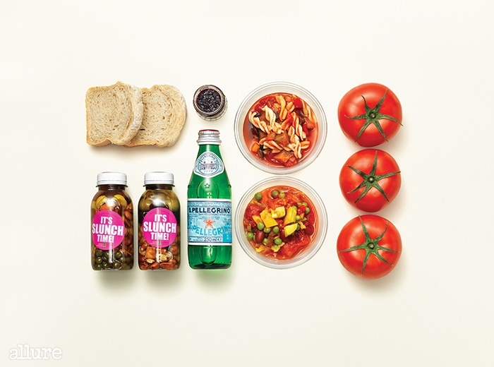 지중해식 수프와 두 종류의 비네그레트 드레싱, 토마토, 호밀롤빵, 탄산수 등으로 구성된 지중해식 해독식단.