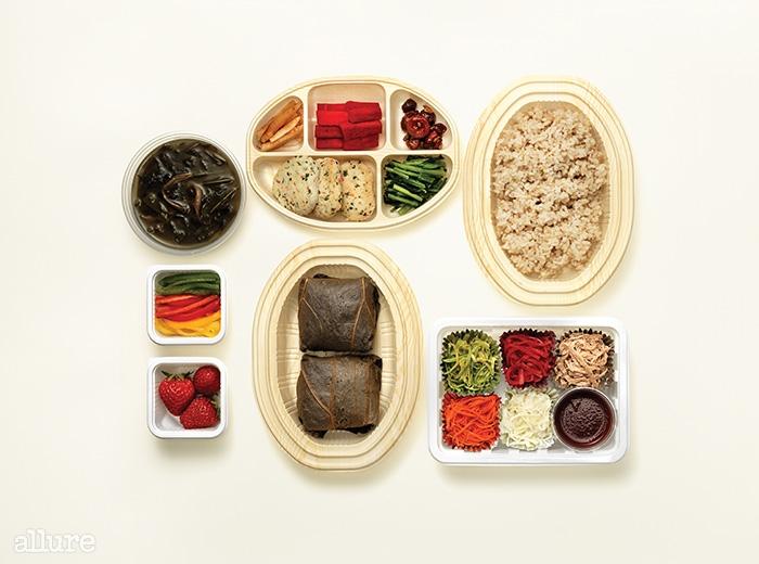 제철채소와 나물, 콩으로 만든 고기 등이 반찬으로 나오는 연밥 도시락과 덮밥.