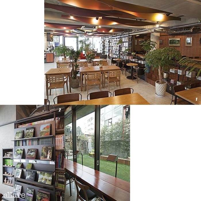 1 북카페 형식으로 꾸며진 1층. 2 가드닝 관련 해외서적을 비롯, 다양한 예술 서적과 잡지를 만날 수 있다. 3 1층 창가 자리에서 바라본 정원.
