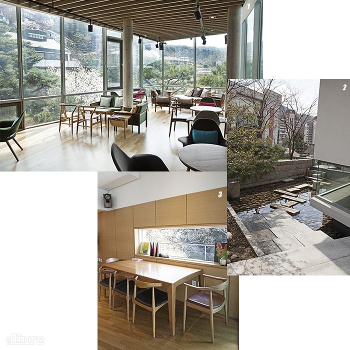 1 카페 전경. 통유리창 밖으로 평창동의 풍경이 한눈에 들어온다. 2 본관과 신관 사이에 조성된 연못. 3 풍경을 맞이한 책상.