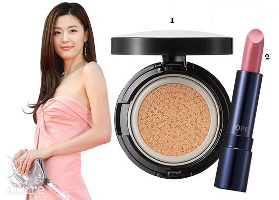 1 가볍고 촉촉한 피부 연출을 위해 사용한 한율의 광채 쿠션 SPF50+PA+++. 15g×2 3만8천원대. 2 전지현의 차분한 핑크색 입술을 표현한 아이오페의 컬러 핏 립스틱 22호 3.2g 2만7천원대.