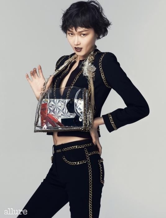 금속 체인 장식의 슈트는 모스키노(Moschino), PVC와 금속 체인, 크리스털 장식 백은 이혜정 × 플레이노모어(Lee Hye Jung × Playnomore).
