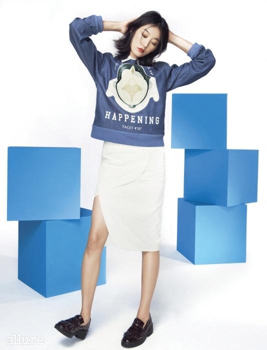 데님 소재 스웨트 셔츠는 최준영  × 해프닝(Choi Jun Young × Happening), 코듀로이 소재 스커트는 해프닝(Happening), 소가죽 로퍼는 아쉬(Ash).