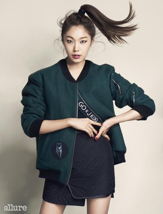 소재 봄버 재킷은 고소현 × 제이쿠(Go So Hyun × J Koo). 폴리에스테르 소재 스커트는 제이쿠(J Koo).