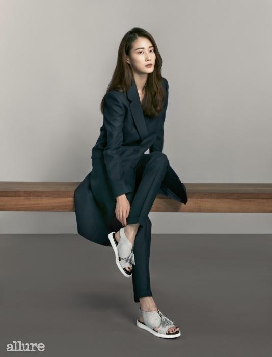 모직 소재 코트와 팬츠는 모두 김서룡(Kimseoryoung), 송아지 가죽 소재 플랫 샌들은 이현이 × 레이크넨(Lee Hyun Yi × Reike Nen).
