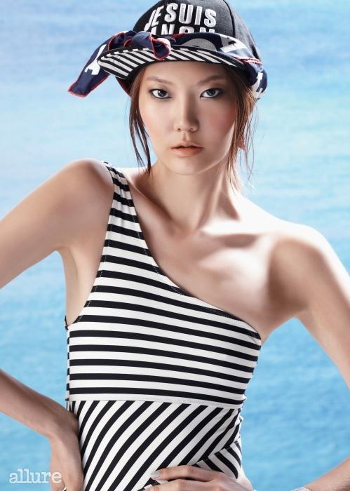 스냅백 모자는 9만8천원, 럭키 슈에뜨. 실크 소재 스카프는 가격미정, 샤넬(Chanel). 줄무늬의 원 숄더 스윔슈트는 3만5천원, H&M.