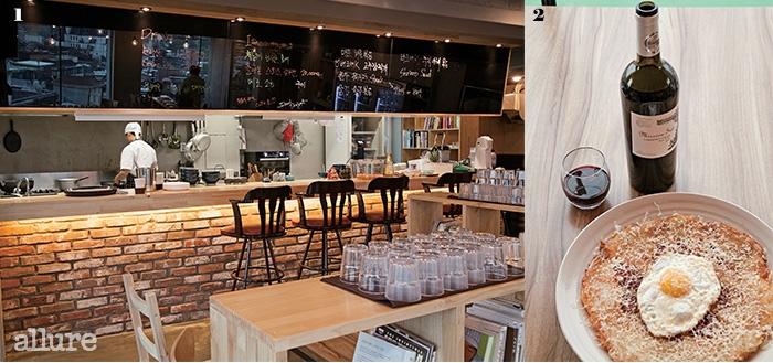 1 오픈 주방으로 꾸며 혼자서도 심심치 앉게 즐길 수 있다. 2 심야식당 주바리 프로젝트의 추천메뉴인스위스 감자전과 미숑 소드 와인.