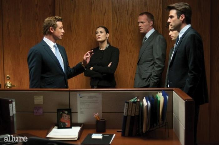 <마진 콜(Margin Call)> 은행은 과연 우리의 편일까? 금융은 어떻게 돌아갈까? 바로 그 금융계의 이면을 다룬 영화. 리먼 브러더스와 미국발 금융위기를 다룬 영화다. 왜, 어째서 그런 일이 일어났는지를 추적했더니 거기 사람이 있었다는 이야기다. 월스트리트 금융인들의 '모럴 해저드'를 다룬 이 영화는, 투자 회사는 부실을 다른 곳으로 떠넘기기 바빴고, 그건 고스란히 시민의 몫이 되는 과정을 그린다. 금융인들은 계속 돈을 벌고, 시민들은 집을 잃었다. '경제 교양 영화'로서 손색이 없다. 누가 우리의 돈을 옮겼을까?