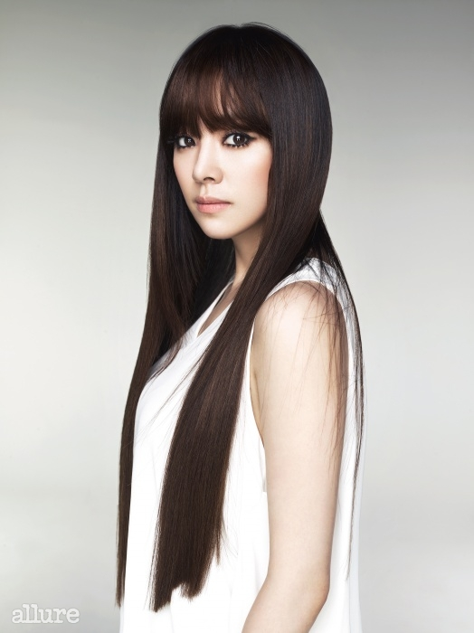 흰색 민소매 톱은 데무 박춘무(Demoo Parkchoonmoo).