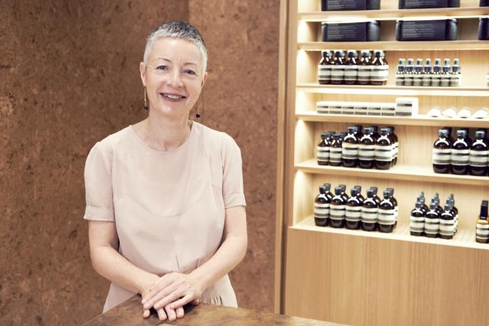새롭게 리뉴얼한 갤러리아 백화점 내 이솝 매장을 방문한 수잔 산토스
