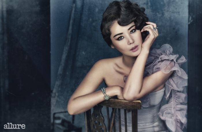 스카프와 드레스는 랄프로렌 컬렉션(Ralph LaurenCollection). 진주 팔찌는 더퀸 라운지. 반지는 모두 판도라.